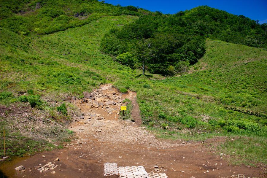 熊穴沢避難小屋へ続く道