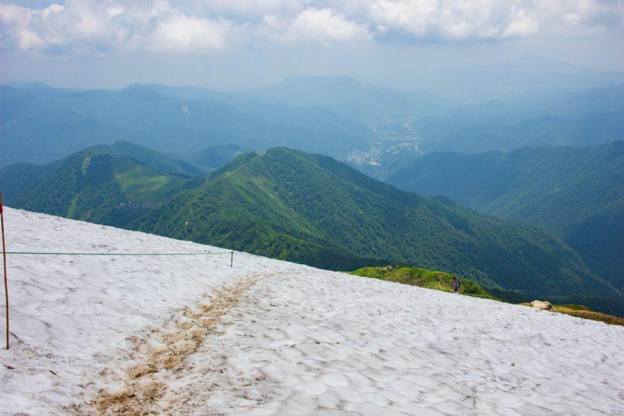 雪渓から背後を見下ろした写真