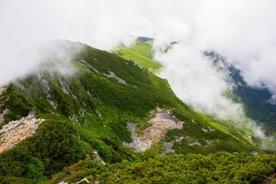 稜線から小さく見える濃ヶ池