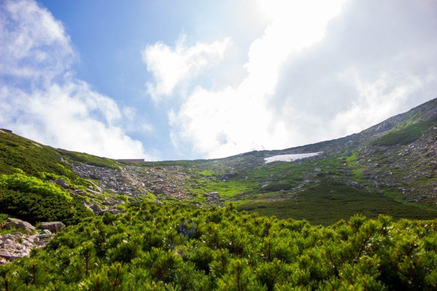 登っていった先に覗ける宝剣山荘