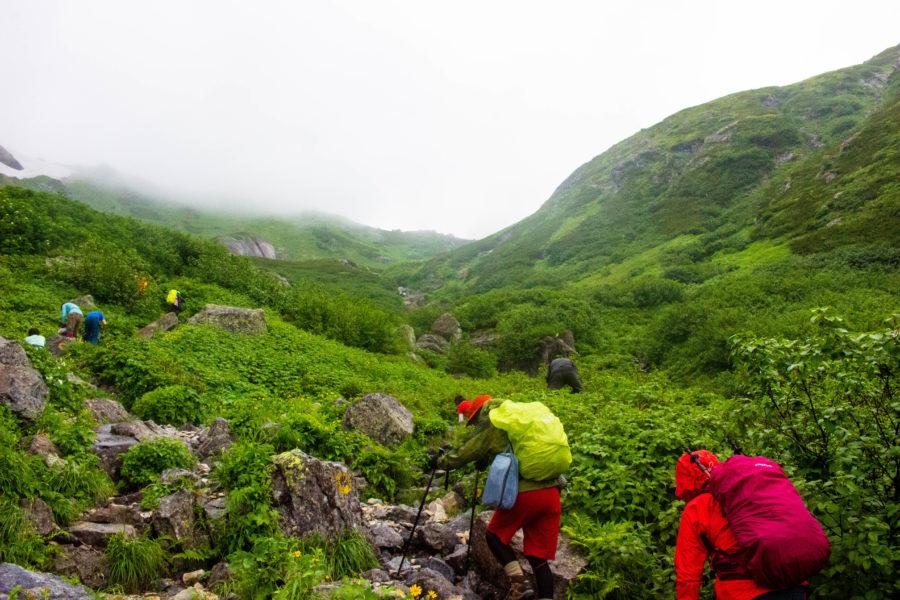 雨中の登山の様子