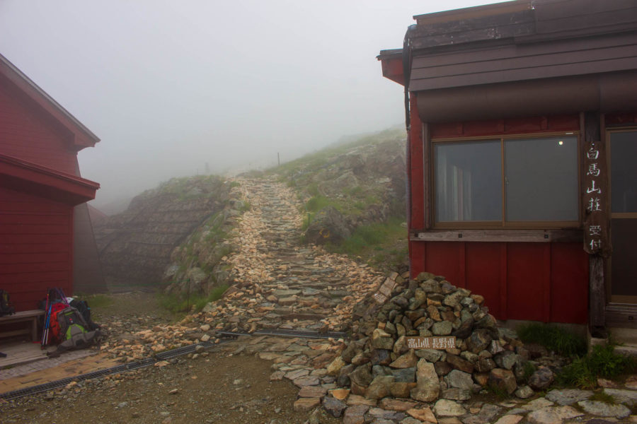 小屋脇から伸びる登山道